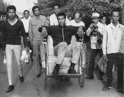 GN/Istimewa Muhammad Ali ketika diarak dengan menggunakan becak saat mengunjungi Indonesia pertama kali tahun 1973.